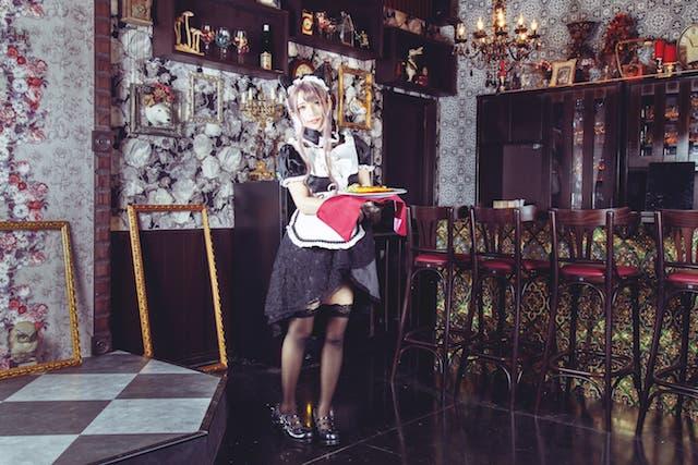 メイドカフェ「アキバ絶対領域A.D.1912」の店内とメイドさんのイメージ