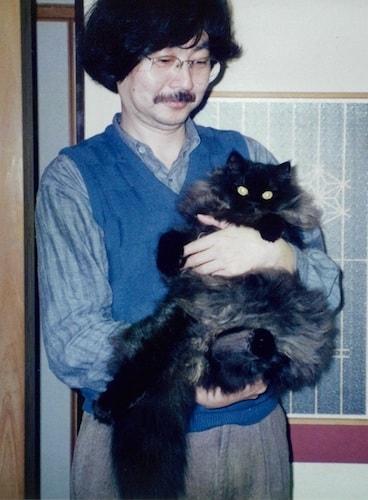 愛猫を抱く漫画家・谷口ジローさんの写真