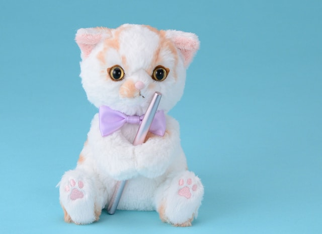 ちくわ柄の人気猫「ホイップ」のぬいぐるみにメイク用品を持たせたイメージ