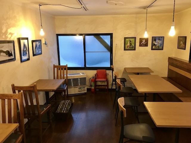「Cafe 自休自足」の六軒村店の店内