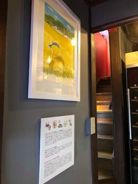 たてにゃんイラストを展示している「オステリア割烹りんどう」の壁