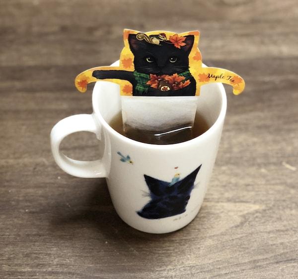 黒猫のティーバッグ「ブラックキャットカフェ」を実際にカップに入れて飲んでみた様子