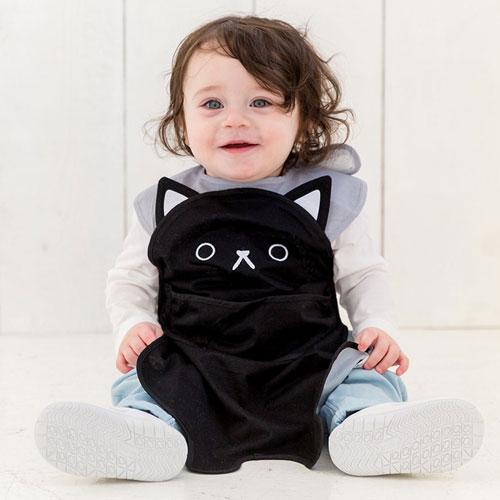 黒猫デザインのお食事エプロン「aboo(アブー)」を着る子ども