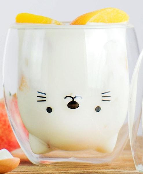 猫のダブルウォールグラス「GOODGLAS」、中にミルクを注いだ状態