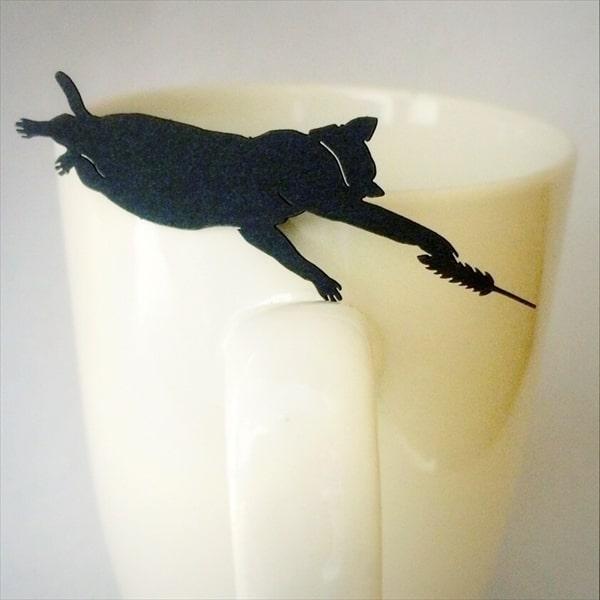 カップに掛けた猫の切り絵になっている「ねこ茶」のタグ