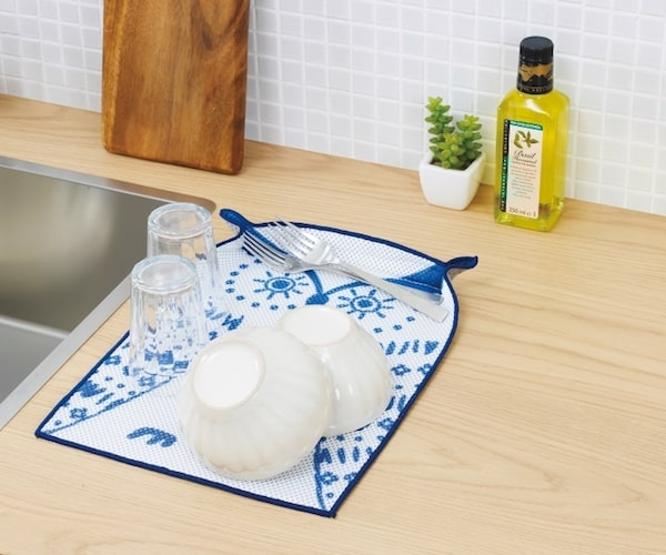 どうぶつディッシュマット(フクロウ)で食器の水を切る様子