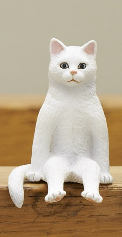 白猫 by フィギュア「座る猫」