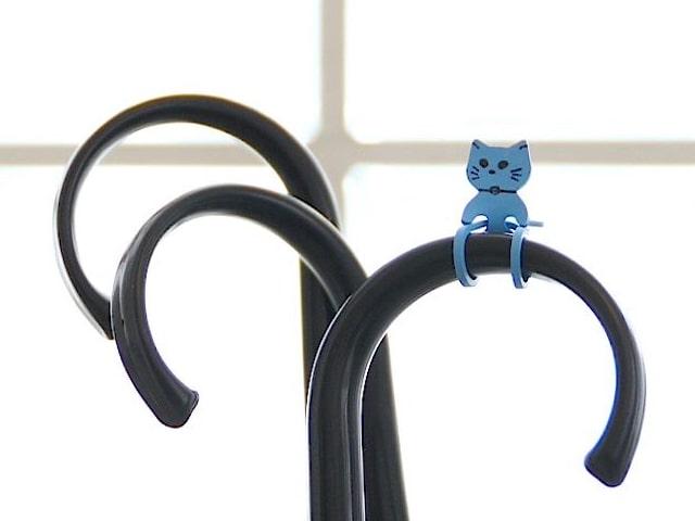 猫型ゴムバンド「Qutto(きゅっと)」を傘に取り付けたイメージ