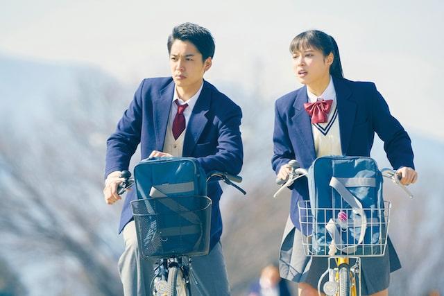 制服姿で高校時代を演じる広瀬アリスと大野拓朗 by 旅猫リポート