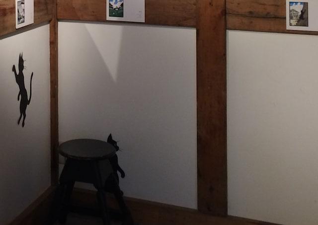 猫の形に切った紙を直接壁に貼った「壁ねこ」 by 高木亮