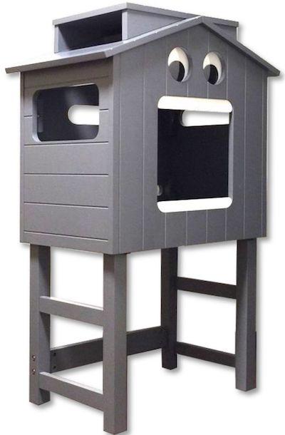 13ペットハウス「マイクとチアリの家」に台脚を装着した全体イメージ(斜め前からの角度)