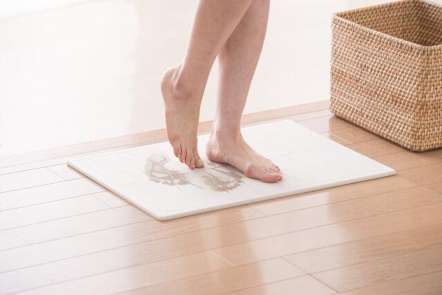 珪藻土のバスマットで足裏の水分を拭き取るイメージ