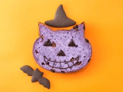 紫色の「いろねこ食パン」にハロウィンのデコレーションを施したイメージ