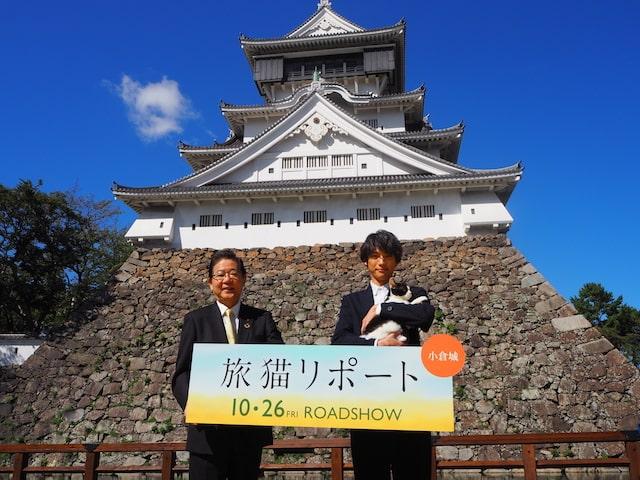 小倉城の前で記念撮影する福士蒼汰、北九州市長の北橋健治
