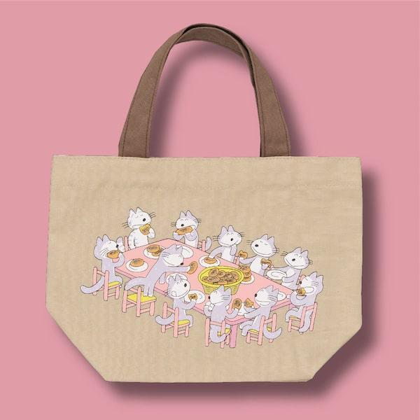 コロッケを食べている猫のランチトートバッグ by 11ぴきのねこ