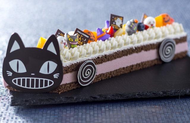 黒猫のバス型ケーキ