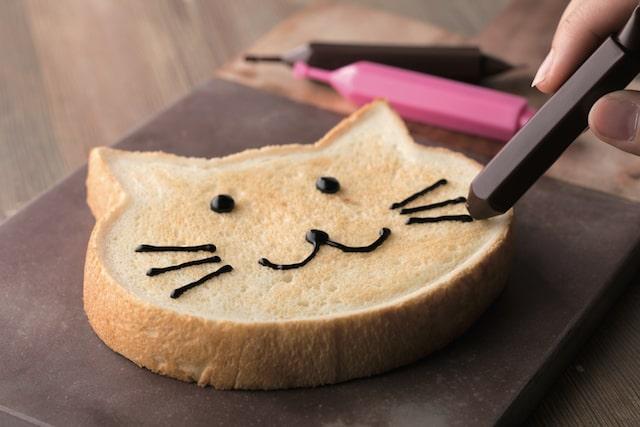 ベーカリー&カフェ「ブルージン」の「ねこ型」食パン