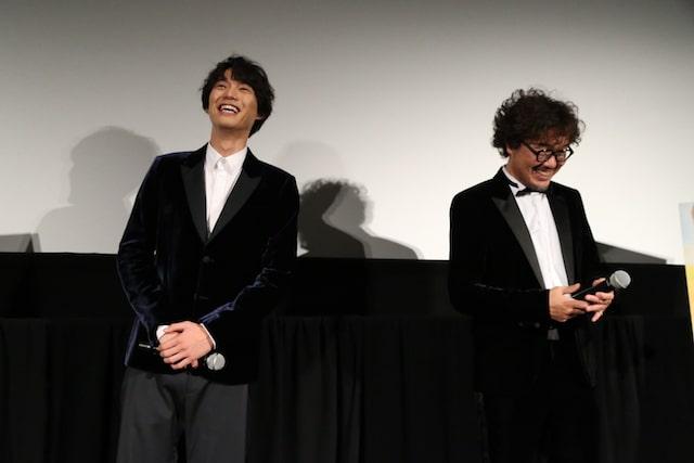 映画旅猫リポートの舞台挨拶で談笑する福士蒼汰&三木監督
