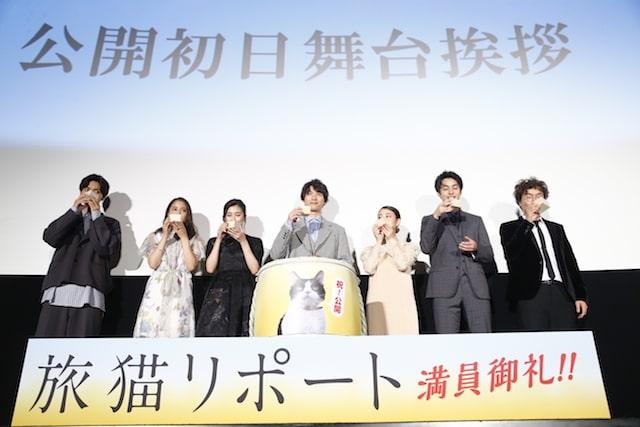映画「旅猫リポート」公開初日舞台挨拶でミルクで乾杯する出演者たち