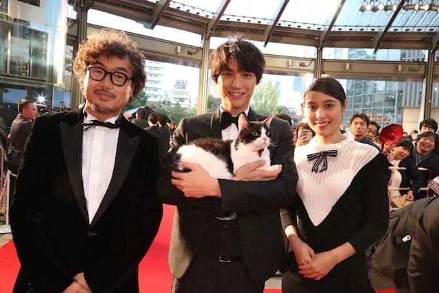 レッドカーペット歩く福士蒼汰、猫のナナ、三木監督、広瀬アリス
