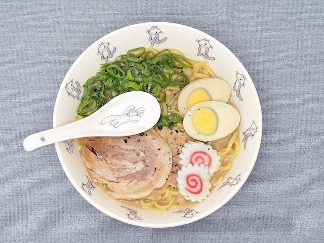 「11ぴきのねこ」の麺どんぶり+レンゲセットの使用イメージ