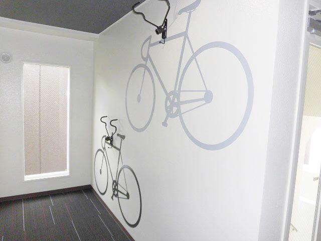 屋内駐輪スペースと部屋によっては自転車ハンガーもあるマンション「feel CnB(フィール シーアンビー)」