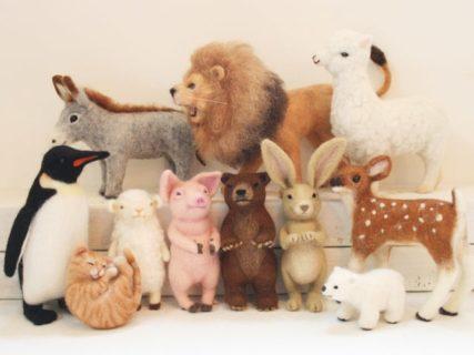 羊毛フェルトで作った猫や犬などの動物マスコット