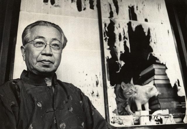 1964年に自宅で撮影された大佛次郎と猫