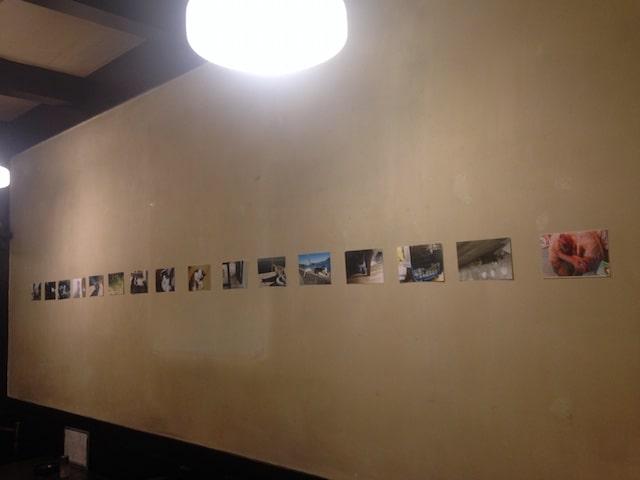 壁に展示された猫の写真作品 by ホテルぬこ・ぬこでボーダレス展