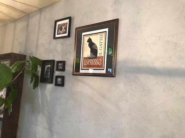 さび食堂の店内に飾られている猫の絵