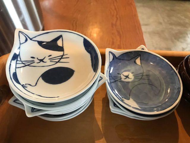 さび食堂の店内に使われている猫の取り皿