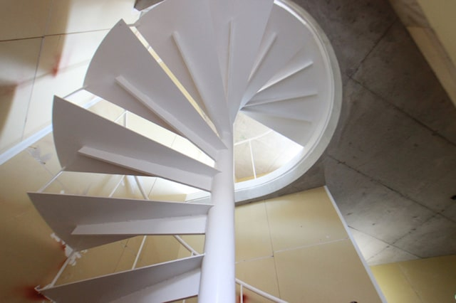猫と共生型のマンション「feel CnB(フィール シーアンビー)」の螺旋階段