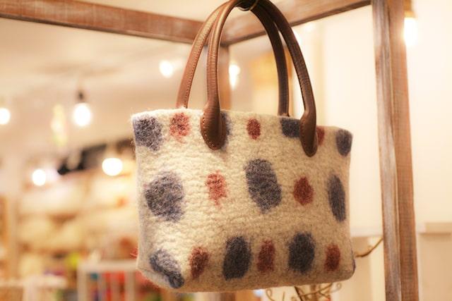羊毛フェルトのバッグ