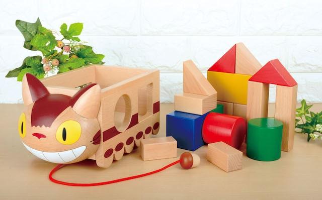 となりのトトロに出てくる猫キャラ「ネコバス」をモチーフにした積み木の玩具