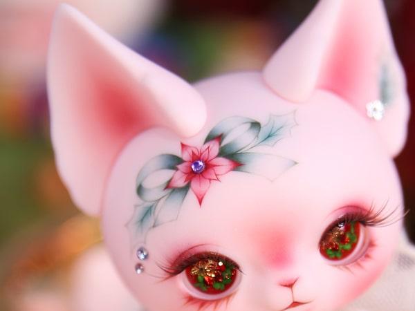 額に真っ赤なポインセチアがデザインされたクリスマス仕様の猫ドール「Art PICASSO bean DX ver.」
