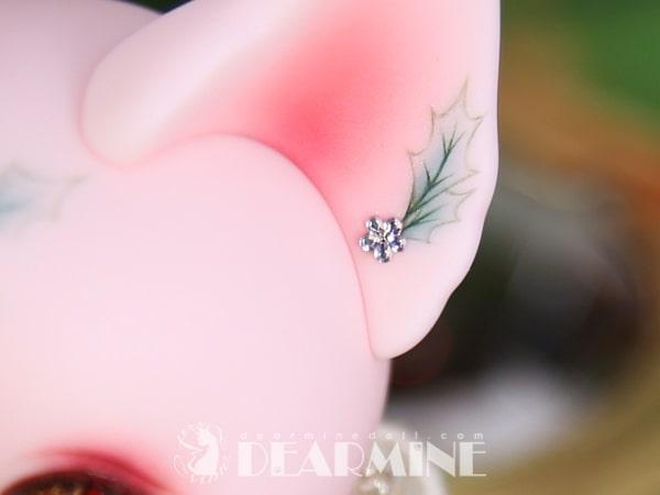 耳にヒイラギの葉や、キラキラと光るクリスタルの装飾がデザインされたクリスマス仕様の猫ドール「Art PICASSO bean DX ver.」