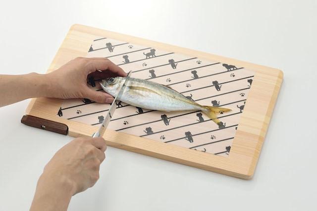 ねこのまな板シートカバーで生魚を切るイメージ