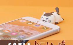 ふくまるがスマホをパクっ!「おじさまと猫」の可愛い充電ケーブルアクセサリー