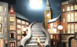 銀座英國屋のショーウィンドウに月夜の階段を登る猫のディスプレイが登場