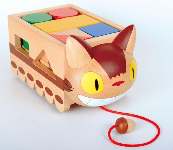 ネコバスの積み木の玩具、斜め前から見た製品イメージ