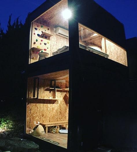 「てしま旅館」の中庭に設置されている保護猫シェルター「猫庭」の外観