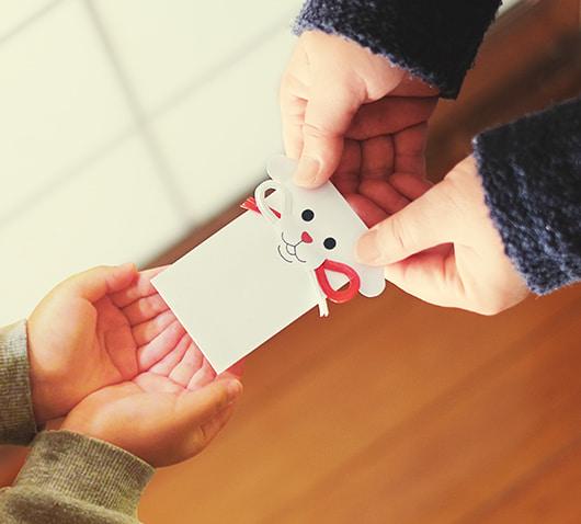 ポチ袋「タマ吉&ポチ福」でお年玉を手渡すイメージ