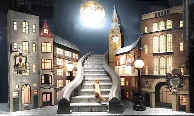 銀座英國屋のウインドウディスプレイに展示されている、月夜の散歩道を登る猫