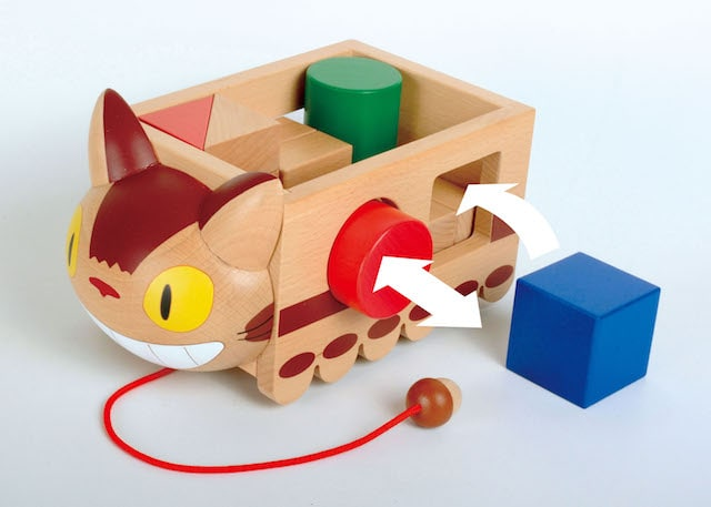 窓から積み木を出し入れできるネコバスの積み木の玩具