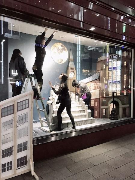 銀座英國屋のウインドウディスプレイに作品を設置する生徒たち1 by 武蔵野美術大学・造形学部空間演出デザイン芸術学科