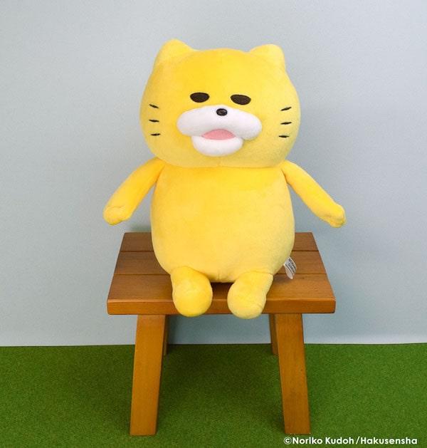 「ノラネコぐんだん」のぬいぐるみを椅子に飾ったイメージ