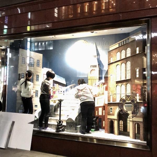 銀座英國屋のウインドウディスプレイに作品を設置する生徒たち2 by 武蔵野美術大学・造形学部空間演出デザイン芸術学科