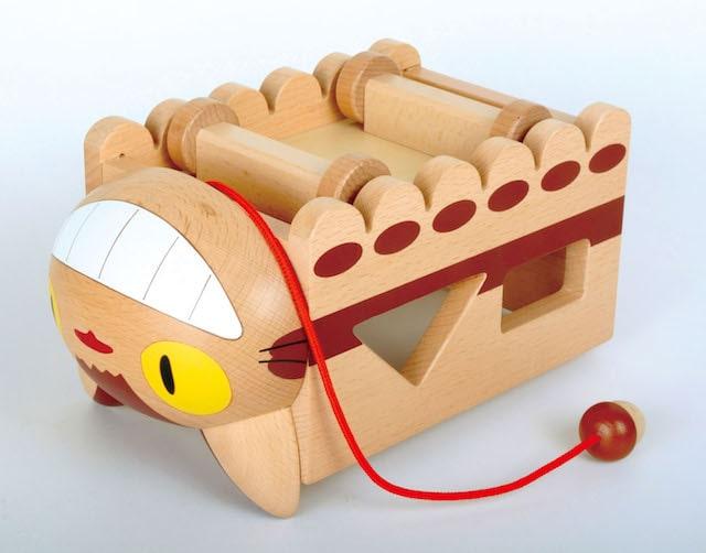 ネコバスの積み木の玩具、車輪が付いている裏面イメージ