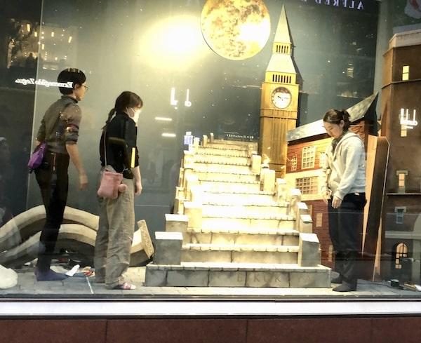 銀座英國屋のウインドウディスプレイに作品を設置する生徒たち3 by 武蔵野美術大学・造形学部空間演出デザイン芸術学科