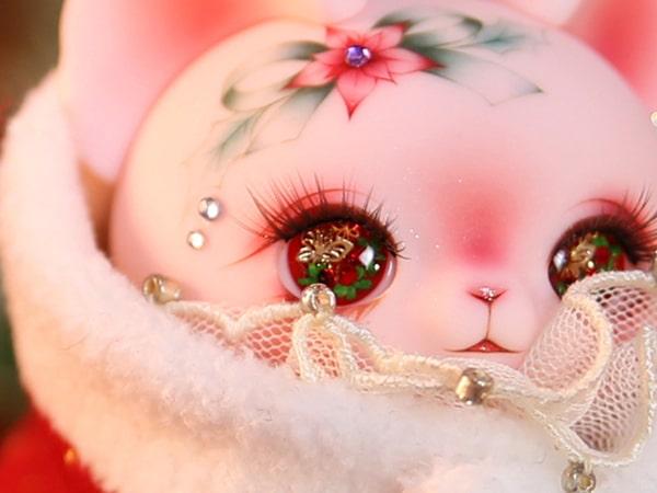 クリスマス仕様の猫ドール「Art PICASSO bean DX ver.」の顔のズームアップ